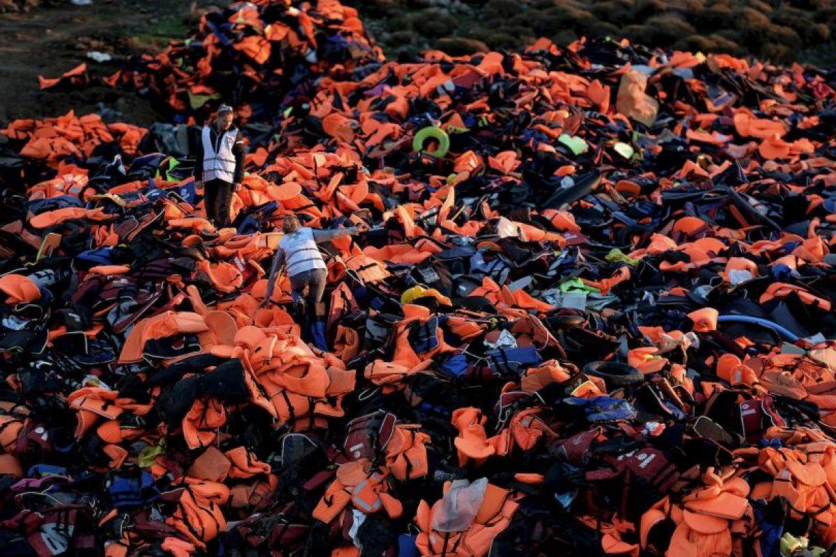 Voluntarios apilan una impresionante cantidad de chalecos salvavidas en la isla griega Lesbos, que ha recibido este año a miles de refugiados. Foto:AFP