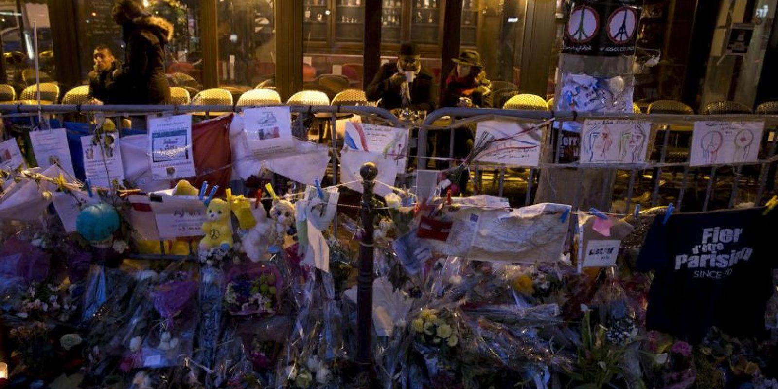 Personas en un bar que reabrió en París tras los atentados terroristas que cobraron la vida de 130 personas. Foto:AFP