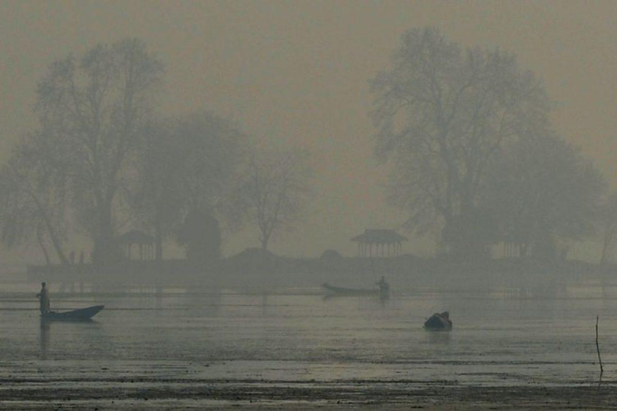 Un pescador en la niebla de la India. Foto:AFP