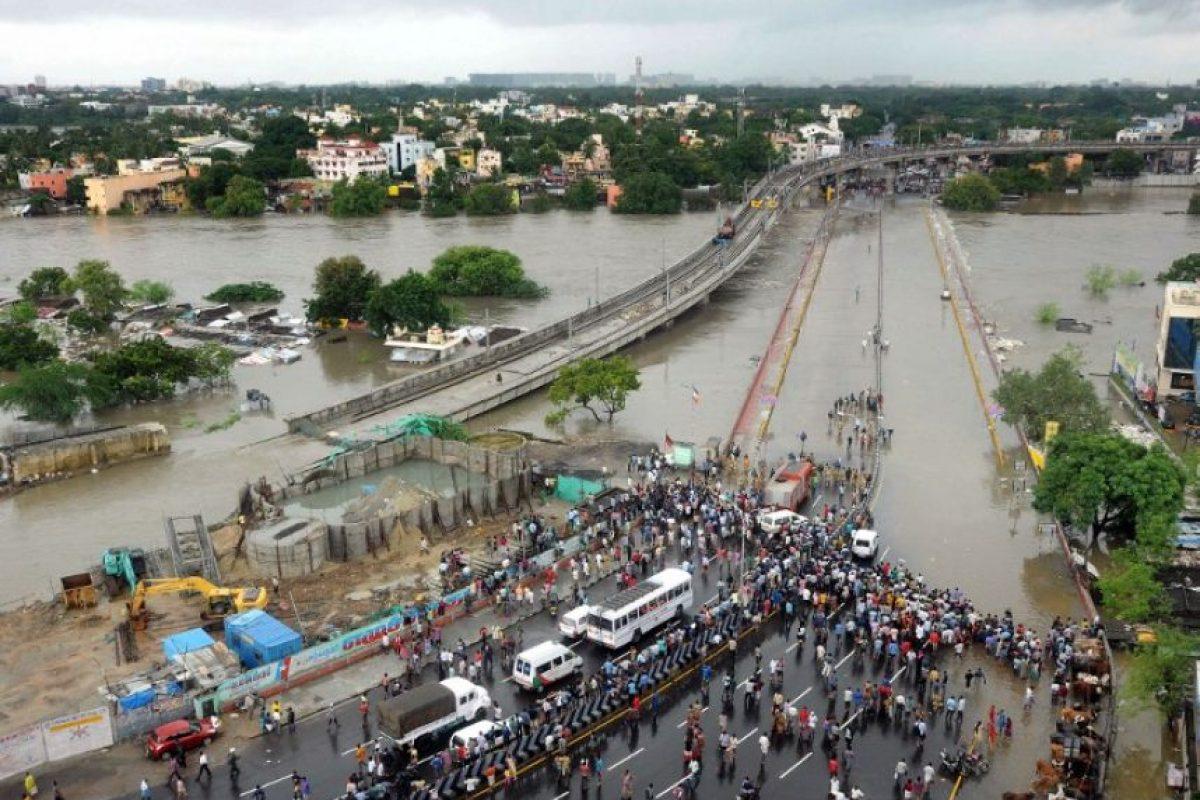Los altos niveles de agua lograron cubrir las carreteras Foto:AFP