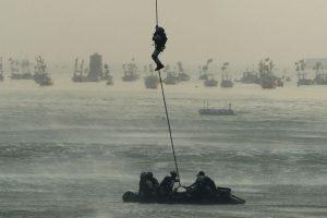 Comandos de la marina de la India participan en un ensayo de rescate. Foto:AFP