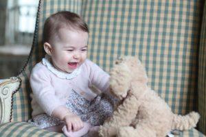 Los duques de Cambridge compartieron una nueva imagen de la princesa Carlota, quien ya tiene siete meses. Foto:AFP