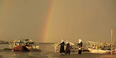 Niñas palestinas caminan por el puerto de la ciudad de Gaza. Foto:AFP