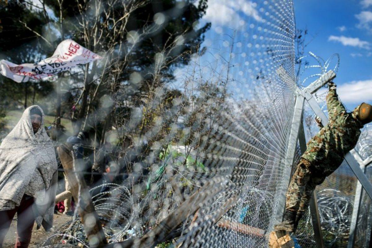 Migrante en la frontera de Grecia y Macedonia. Foto:AFP