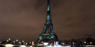 Torre Eiffel iluminada de verde para crear conciencia sobre el calentamiento global. Foto:AFP
