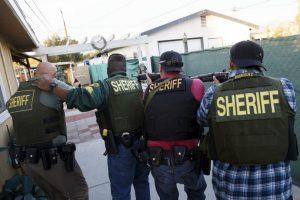 Policías buscan a los sospechosos de la masacre de San Bernardino, California. El tiroteo dejó a 14 muertos y 20 heridos. Foto:AFP