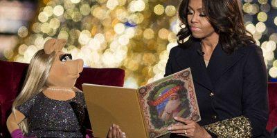 Michelle Obama y Miss Piggy durante el encendido del árbol navideño de la Casa Blanca. Foto:AFP