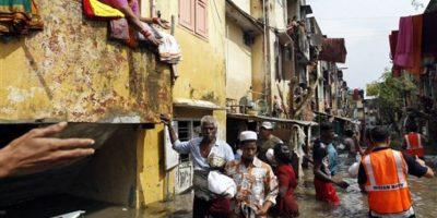 Los residentes sacaron lo que pudieron de sus casas. Foto:AP