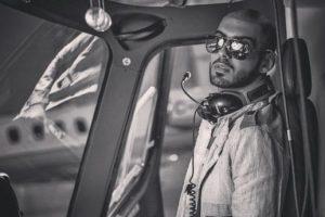 También le gusta pilotear. Foto:Vía Instagram/@omarborkan