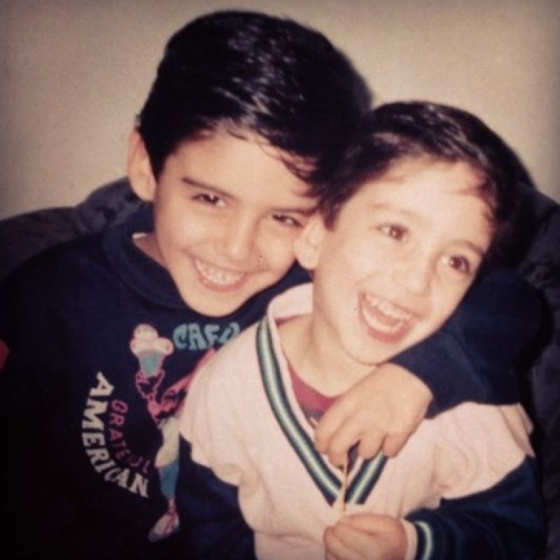 Esta foto fue en 1994 junto a su hermano menor Ain Foto:Vía Instagram/@omarborkan