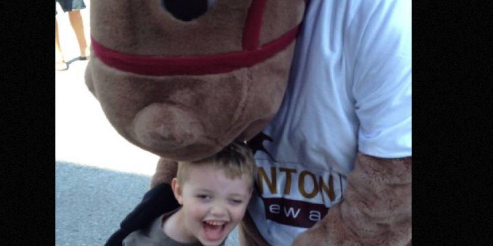 Evan Leversage, un niño de siete años que sufre de cáncer cerebral, adelantó la Navidad en su pueblo, Saint George, ubicado en Canadá. Foto:vía Twitter