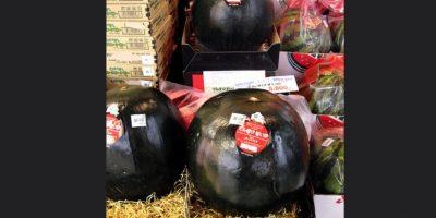 9. Sandía Densuke Black. Es una fruta que crece en la isla japonesa Hokkaido y se producen en 10 mil unidades al año. Foto:Vía Flickr