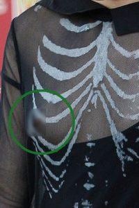 Y su blusa semitransparente no alcanzó a cubrir su pezón. Foto:The Grosby Group