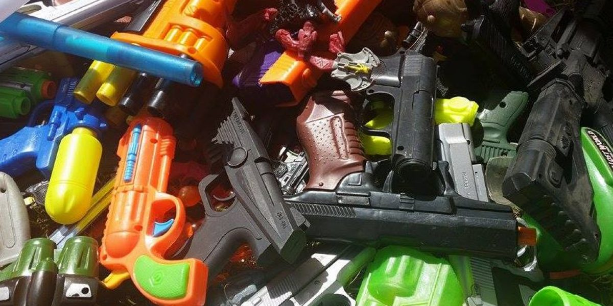 Niños le dicen no a la violencia intercambiando pistolas de plástico por juguetes