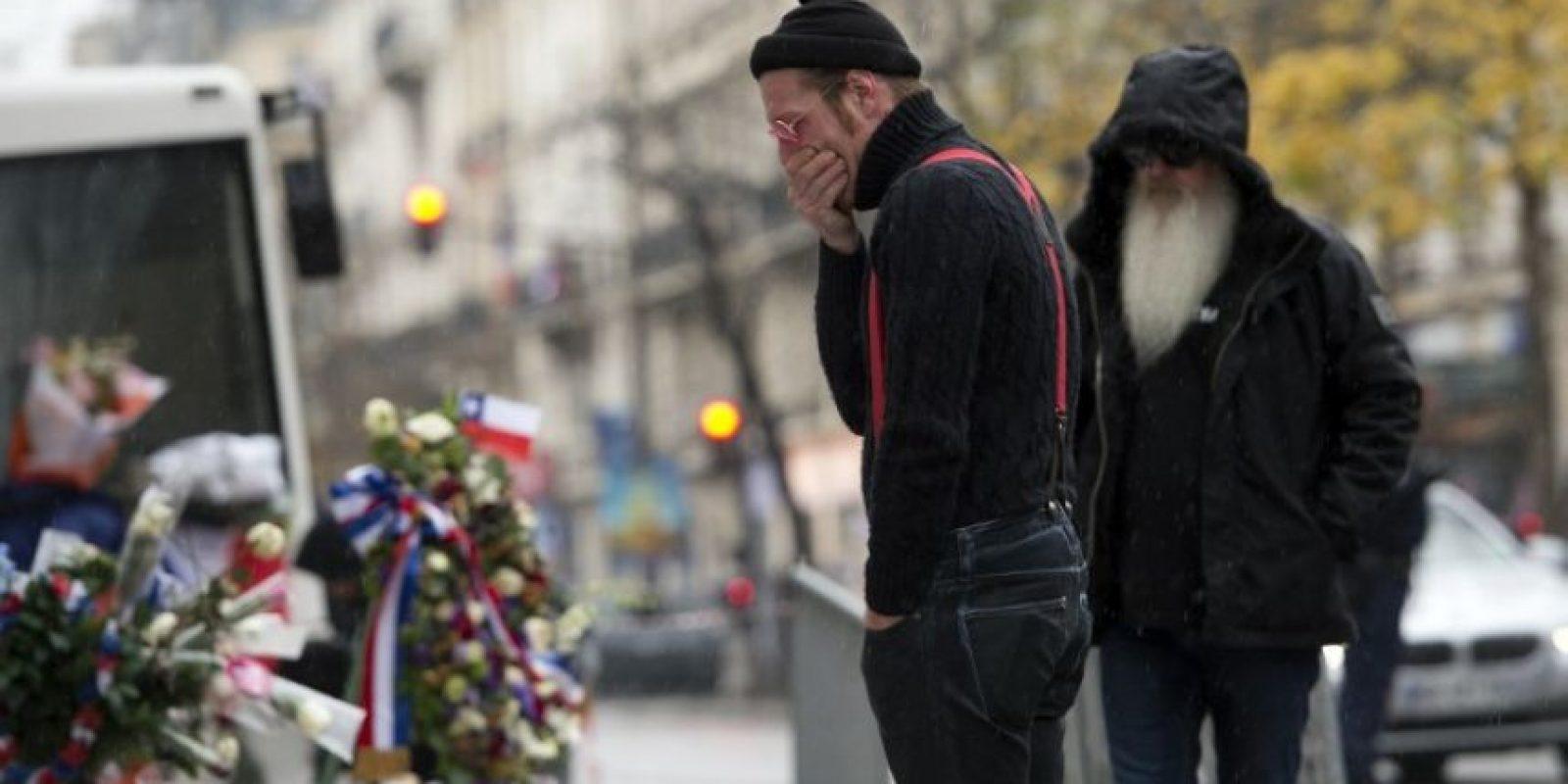 Jesse Hughes, vocalista de la banda, se mostró conmovido al rendir tributo a las víctimas Foto:AFP