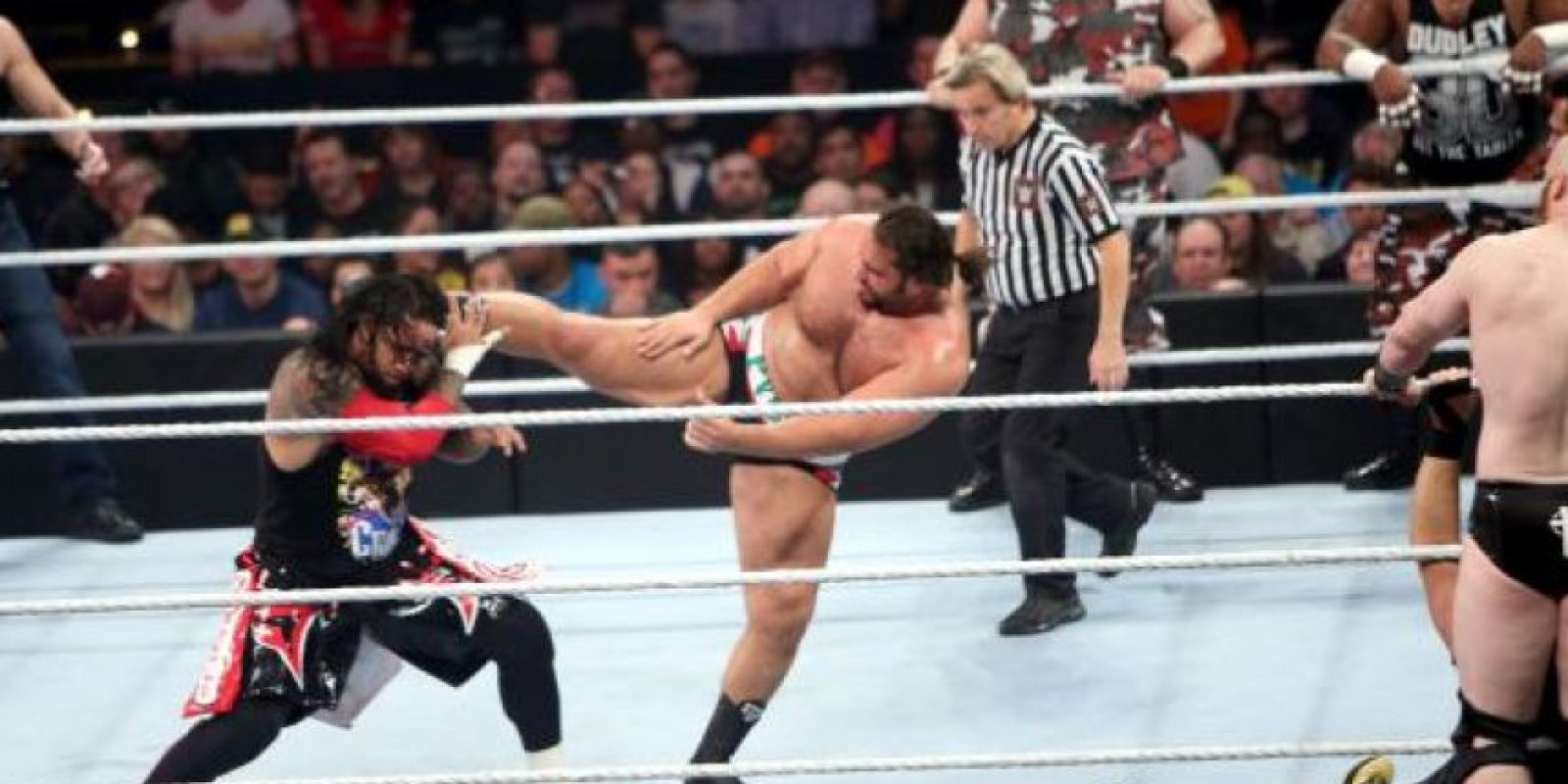 Roman Reings y Dean Ambrose pelearon al lado de The Usos, integrado por los hermanos Jim y Jey Uso. Foto:WWE