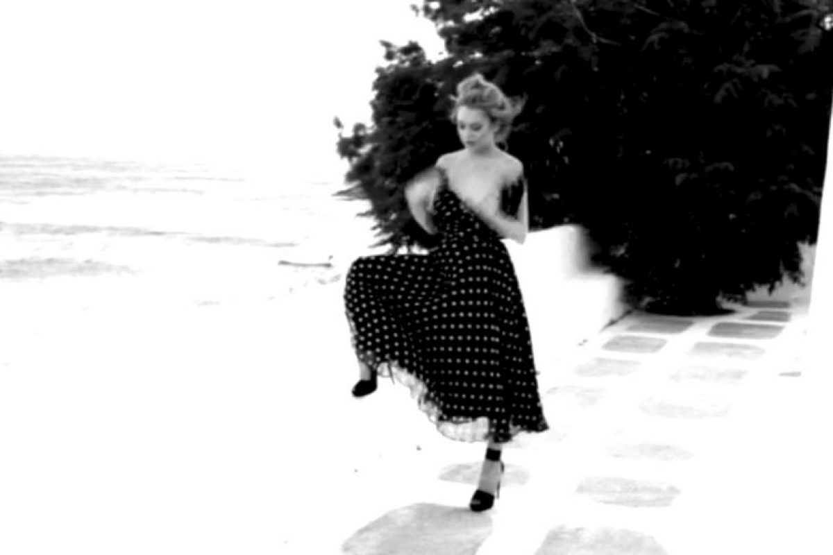 El aire no solo jugó con su cabello y falda… Foto:vía vimeo/notofu