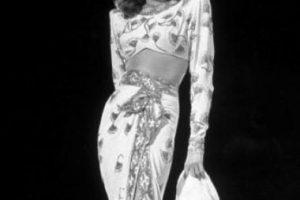 """A Rita Hayworth le pasó algo similar, sobre todo por su papel de """"Gilda"""", lo que la consolidó como el símbolo sexual de la década de los 40. Foto:vía Getty Images"""