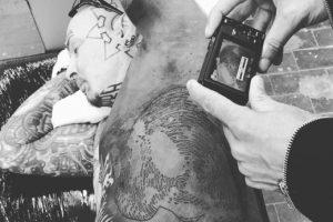La cicatriz hace parte del dibujo. Foto:vía Instagram/yann brenyak