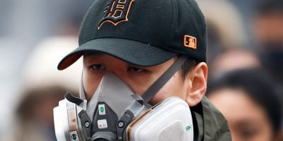 Mientras que otras personas utilizan máscaras antigases Foto:AP
