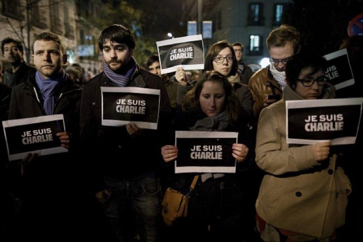 """El 7 de enero de 2015, dos hombres armados mataron a 12 personas e hirieron a 11 más en las oficinas de la revista satírica """"Charlie Hebdo"""" en París. Este ataque, y otras cuatro acciones terroristas ocurridas en espacio de tres días, hicieron que millones de personas se sumaran a marchas de unidad nacional en París y en el resto de Francia. Foto:Getty Images"""