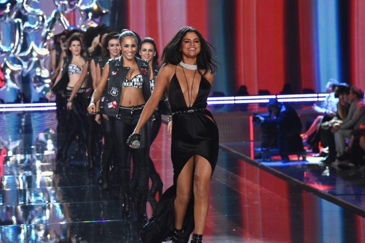 """Con un escote en """"V"""" y una falda asimétrica, la cantante pop desfiló y bailó junto a los """"angelitos"""" de Victoria's Secret. Foto:Getty Images"""