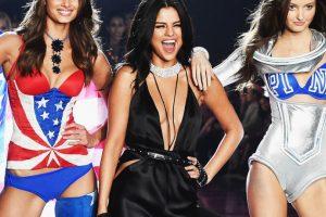 La joven mantuvo contacto con las modelos durante todo el show. Foto:Getty Images