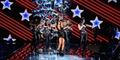"""La artista tomó el micrófono para interpretar los nuevos temas de su álbum """"Revival"""" Foto:Getty Images"""