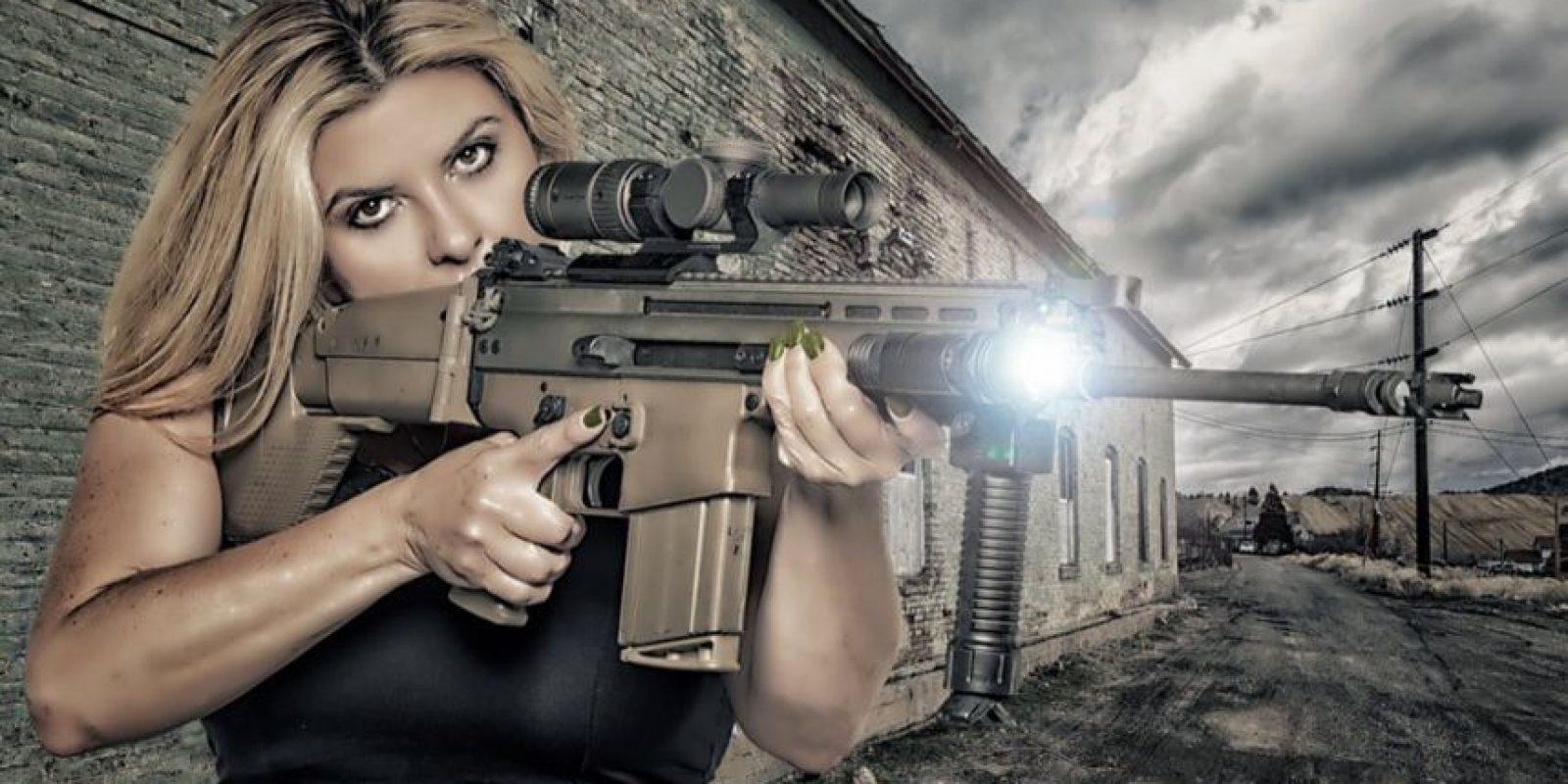 Esta sacó un calendario para 2016 en el que posa con armas. Foto:Vía Twitter.com/VoteFiore