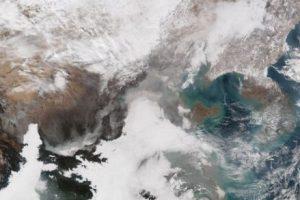 """En el centro se puede apreciar la nube de esmog que """"inundó"""" a Beijing Foto:AFP"""