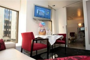 La suite que rentó la socialité para su parto cuesta entre dos mil 800 dólares y cuatro mil dólares por noche. Foto:Cedars Sinai