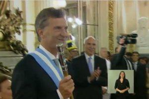 Mauricio Macri portó la banda y el bastón presidencial Foto:Transmisión oficial – Casa Rosada