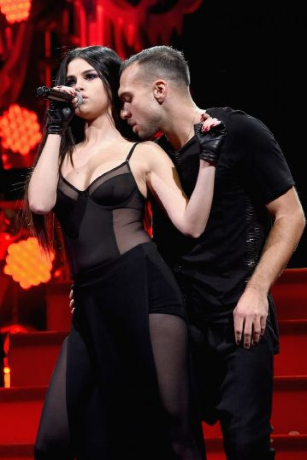 Un vestido trasparente fue el outfit que Selena eligió para presentare. Foto:Getty Images