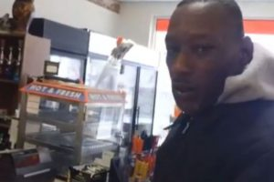El mendigo no encontró manera de agradecer la buena acción y terminó llorando Foto:Vía Youtube