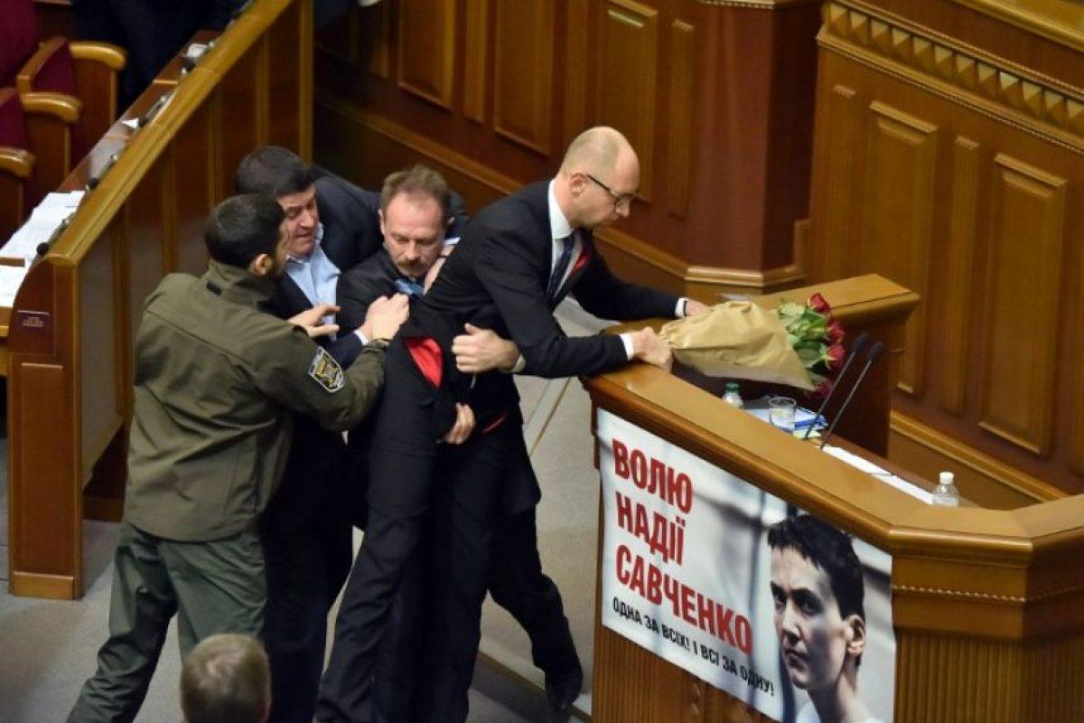 Y quiso levantarlo para sacarlo del podium Foto:AFP