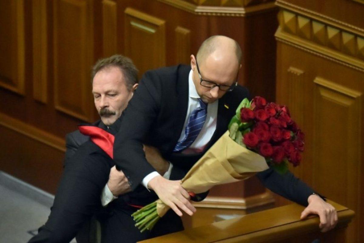 Cuando el diputado opositor Oleg Barna le entregó un ramo de flores Foto:AFP