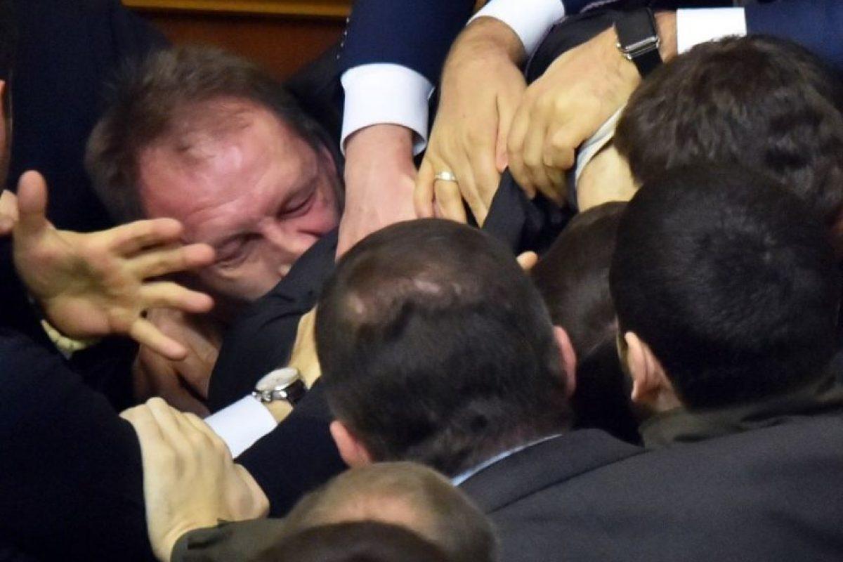 La pelea campal que se vivió en el congreso de Ucrania Foto:AFP
