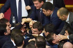 Después de la batalla, ambos partidos políticos se disculparon Foto:AFP