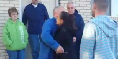 Luego de llorar no dejó de dar abrazos a la pareja. Foto:Vía Facebook