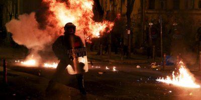 Policía antidisturbios en Grecia, durante una manifestación por el quinto aniversario del asesinato de un adolescente de 15 años. Foto:AFP