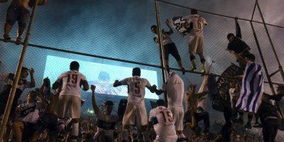 Los jugadores de Olimpia celebran después de derrotar a Cerro Porteño 2 -1 en Paraguay. Foto:AFP