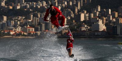 Hombres vestidos de Santa Claus hacen trucos acuáticos en Beirut, Líbano. Foto:AFP
