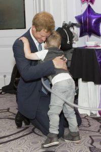 2014- El príncipe abraza a un niño con problemas pulmonares durante los premios los premios WellChild en Inglaterra. Foto:Getty Images