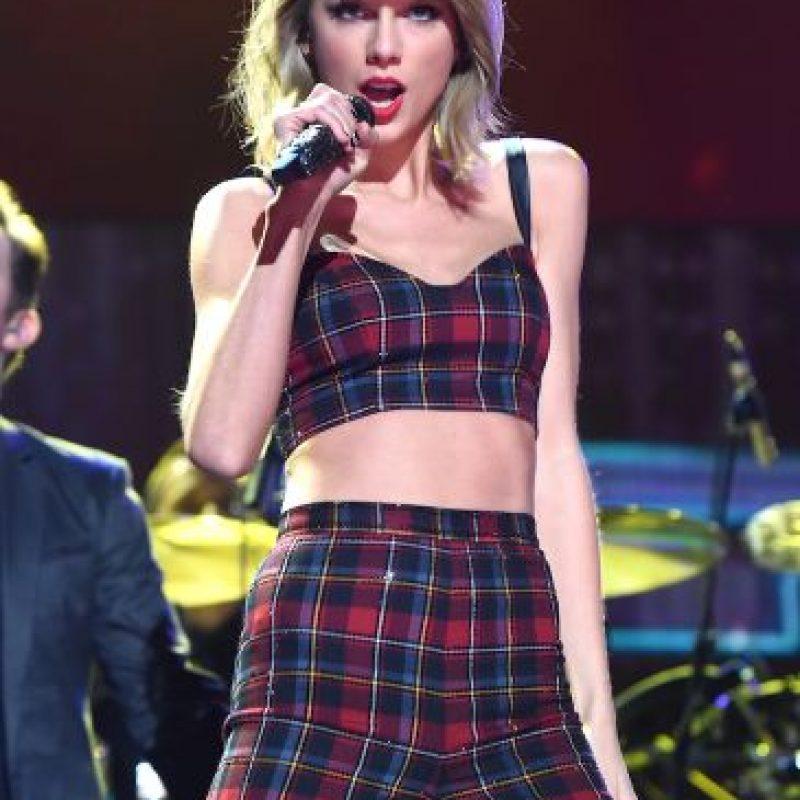La cantante fue objeto de burlas por su misterioso ombligo que siempre está oculto detrás de sus pantalones y faldas altas. Recordemos que Taylor, que es amante de los tops cortos, admitió que solía ser anti-ombligos. Foto:Getty Images