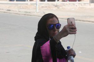 La activista Ghada Ghazzawi celebró el histórico momento con un video selfie. Foto:Getty Images