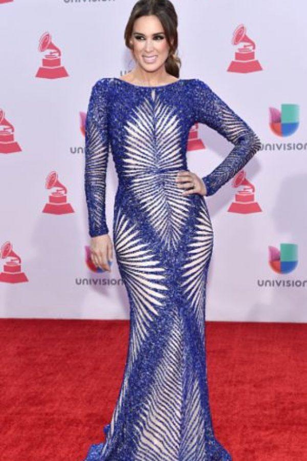 Jacqueline Bracamontes decepcionó en su primera entrada en los Grammy Latinos, pero luego se reivindicó (siendo la única estrella que se suele vestir bien para este tipo de eventos sin parecer reina de belleza de los 80). Foto:vía Getty Images