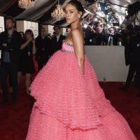 """Así como este enorme vestido """"quinceañero"""" de Giambattista Valli en los Grammy. Foto:vía Getty Images"""