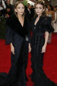 Las hermanas Olsen, como siempre, de negro (¿por qué no escogieron algo de su propia marca que es más sobrio y fino?). Foto:vía Getty Images