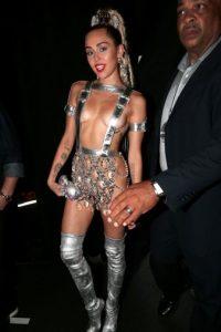 Miley Cyrus, como la princesa de una película espacial de los 80 serie B. Foto:vía Getty Images