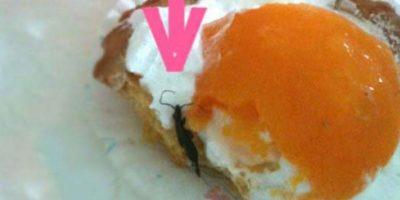 Insecto dentro del pastel. Foto:vía EpicFail